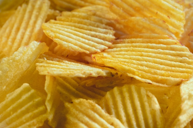 Chipsy Ziemniaczane Rozpraszania Bliska Strzał Dla Tekstur Lub Tła Premium Zdjęcia