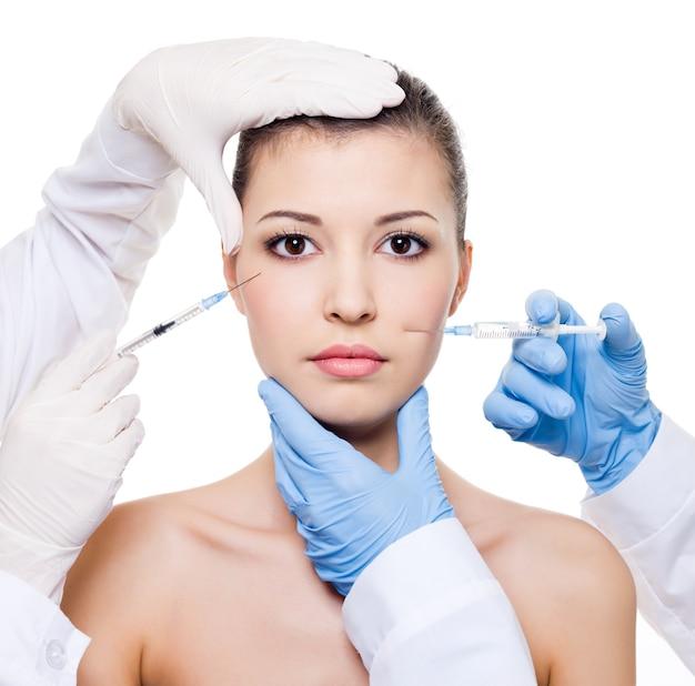 Chirurdzy Plastyczni Wykonujący Zastrzyk Botoksu W Kobiecą Skórę Oczu I Ust Na Białym Tle Darmowe Zdjęcia