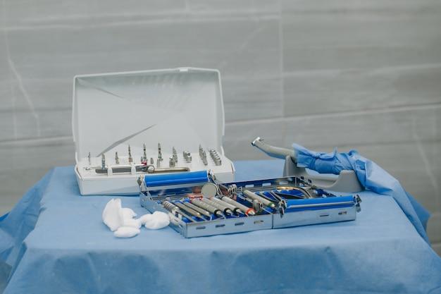 Chirurgiczny Zestaw Narzędzi Stosowanych W Implantologii Stomatologicznej Premium Zdjęcia