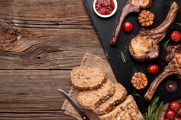 Chleb I Gotowane Mięso Na Desce Darmowe Zdjęcia