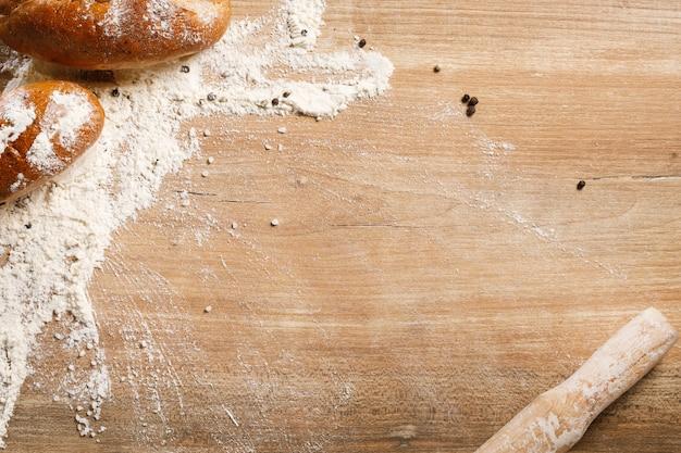 Chleb I Toczna Szpilka Na Drewnianym Tle Premium Zdjęcia