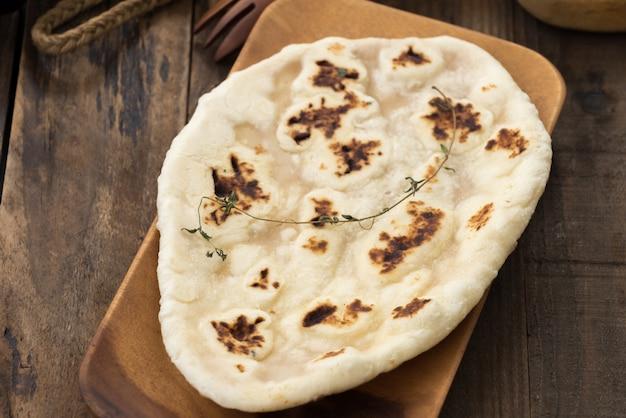 Chleb Indyjski Czosnek Naan Na Drewnianym Premium Zdjęcia