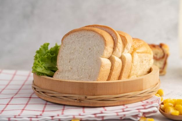 Chleb W Drewnianej Tacy Na Czerwono-białej Tkaninie. Darmowe Zdjęcia