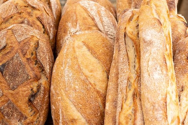 Chleb Wiejski I Organiczne Bagietki Na Zakwasie I Gotowane Na Ognisku Premium Zdjęcia