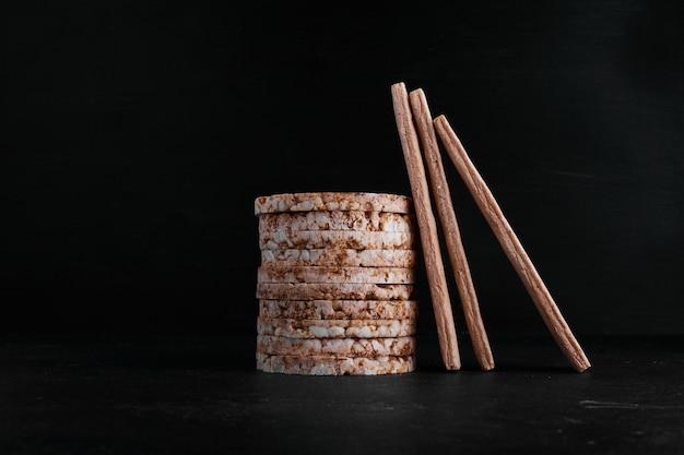 Chleby Cracker W Magazynie Na Czarnym Tle. Darmowe Zdjęcia