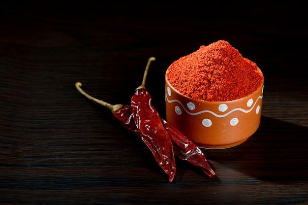 Chłodny Proszek W Glinianym Garnku Z Czerwony Chłodno Na Drewnianym Tle Premium Zdjęcia