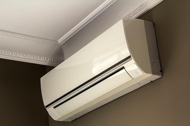 Chłodny system klimatyzacji na ciemnej ścianie we wnętrzu pokoju Premium Zdjęcia