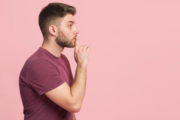 Chłopak Mówi, żeby Być Cicho Premium Zdjęcia