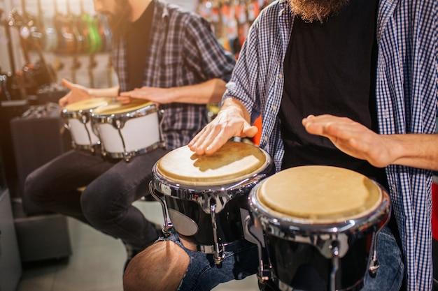 Chłopaki Siedzą I Grają Razem Na Instrumentach Premium Zdjęcia