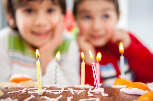 Chłopcy i dziewczęta cieszą się przyjęciem urodzinowym Premium Zdjęcia