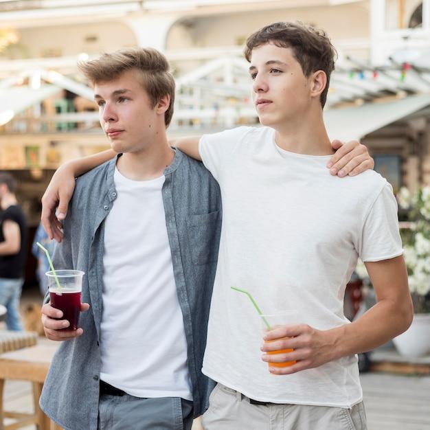 Chłopcy świętujący Koniec Koronawirusa Darmowe Zdjęcia