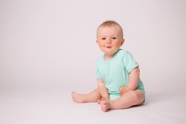 Chłopczyk Uśmiechając Się Na Białym Tle Premium Zdjęcia