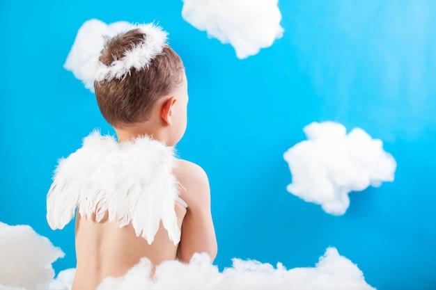 Chłopiec Amorek Na Chmurze Premium Zdjęcia