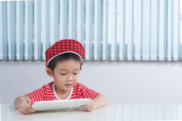Chłopiec Cute Odtwarzanie Tabletek W Pokoju Dla Dzieci Darmowe Zdjęcia