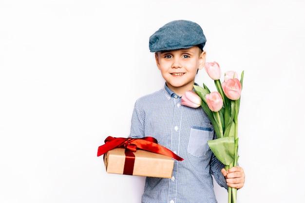 Chłopiec Daje Kwiaty I Prezent Premium Zdjęcia