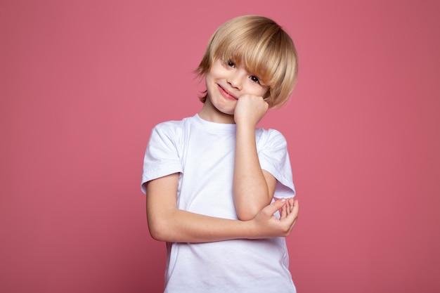 Chłopiec Dziecko ładny śliczny Portret W Białej Koszulce I Na Różowo Darmowe Zdjęcia