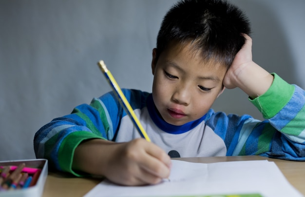 Chłopiec Dziecko Odrabiania Lekcji Premium Zdjęcia