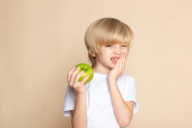 Chłopiec Dziecko Słodkie Gospodarstwo Zielone Jabłko W Białej Koszulce Na Różowo Darmowe Zdjęcia