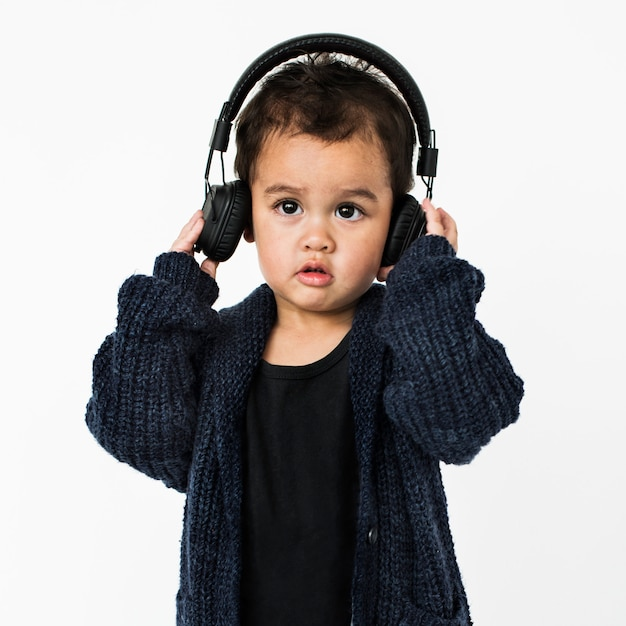 Chłopiec Hełmofon Słuchający Muzyczny Pojęcie Premium Zdjęcia