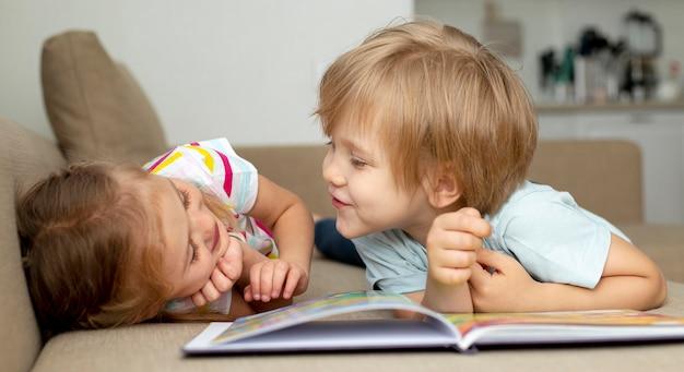 Chłopiec I Dziewczynka Czytanie W Domu Darmowe Zdjęcia