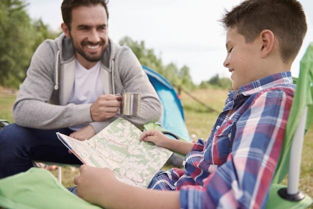 Chłopiec I Ojciec Planujący Podróż Darmowe Zdjęcia