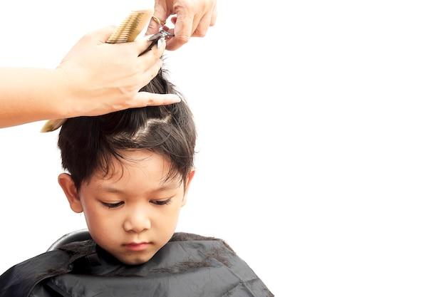 Chłopiec Jest Pocięte Włosy Przez Fryzjer Samodzielnie Na Białym Tle Darmowe Zdjęcia