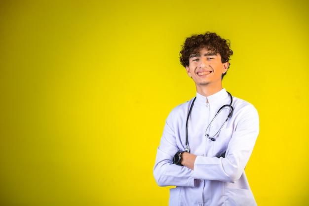 Chłopiec Kręcone Włosy W Białym Mundurze Medycznym Ze Stetoskopem. Darmowe Zdjęcia