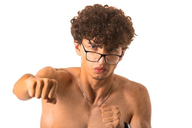 Chłopiec Kręcone Włosy W Okularach Optique Wykrawania Prawą Ręką Na Białym Tle Darmowe Zdjęcia