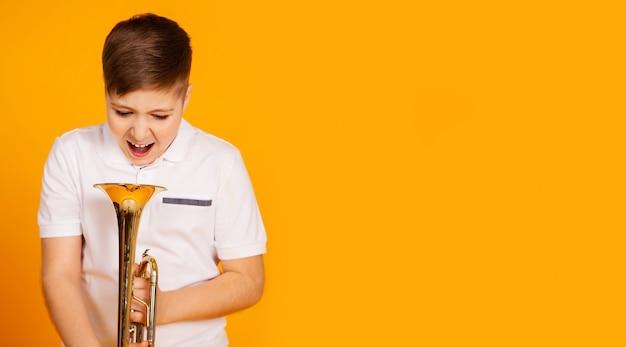 Chłopiec Krzyczy Do Rury. Premium Zdjęcia