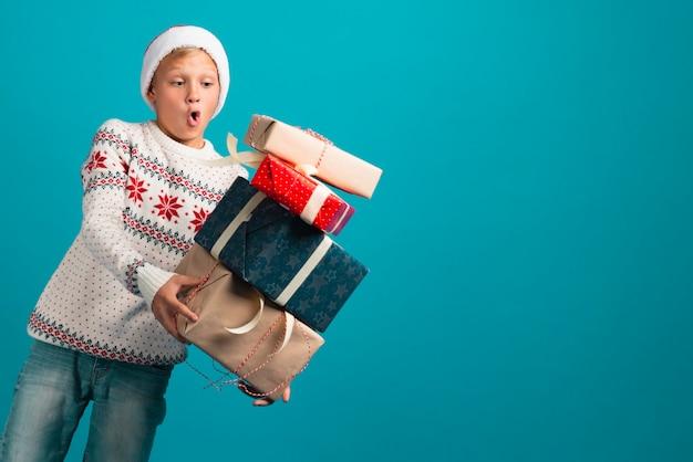 Chłopiec mienia prezentów środka strzał Darmowe Zdjęcia