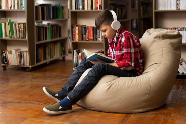 Chłopiec Na Kanapie Czytania Darmowe Zdjęcia