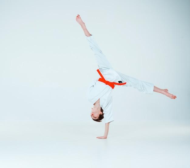 Chłopiec Pozuje Na Treningu Aikido W Szkole Sztuk Walki. Pojęcie Zdrowego Stylu życia I Sportu Darmowe Zdjęcia
