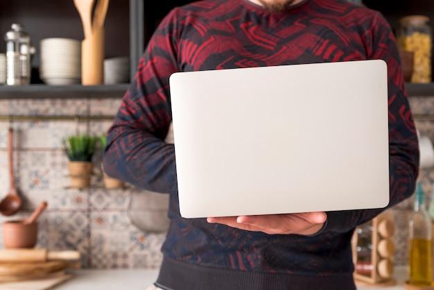 Chłopiec Pracuje Na Szarym Laptopie Darmowe Zdjęcia