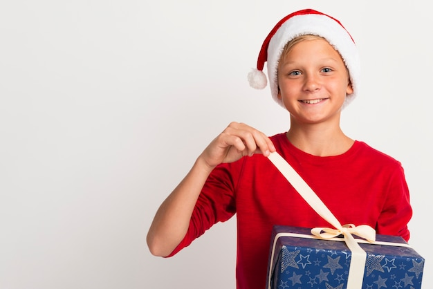 Chłopiec rozpakowywanie prezentów świątecznych Darmowe Zdjęcia