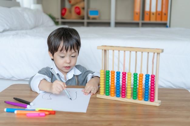 Chłopiec rysunek w białym papierze z cieszyć się Darmowe Zdjęcia