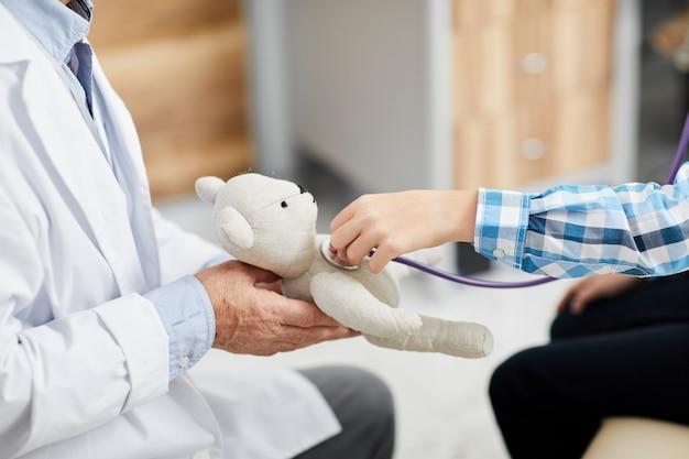 Chłopiec Słucha Bicia Serca W Biurze Lekarzy Premium Zdjęcia