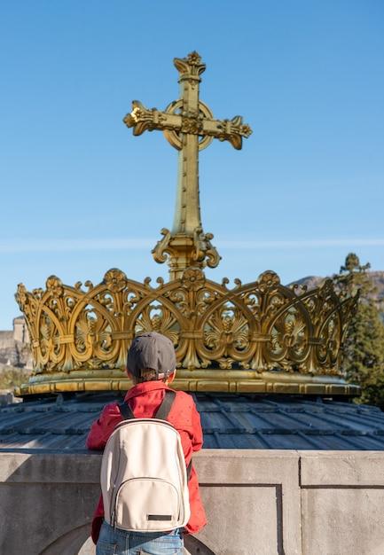 Chłopiec Szuka Złotego Krzyża I Korony W Lourdes, Francja, Hautes Pyrenees Premium Zdjęcia