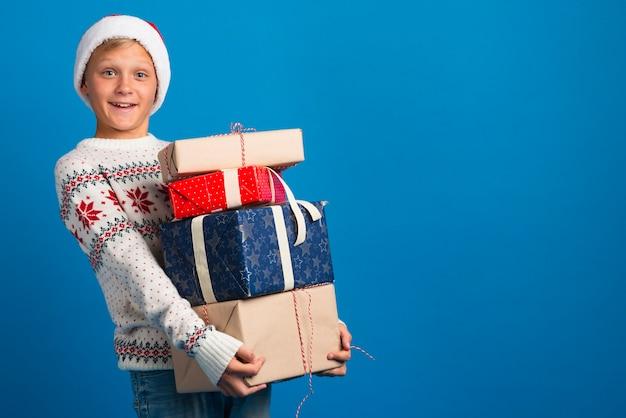 Chłopiec trzyma prezenty Darmowe Zdjęcia