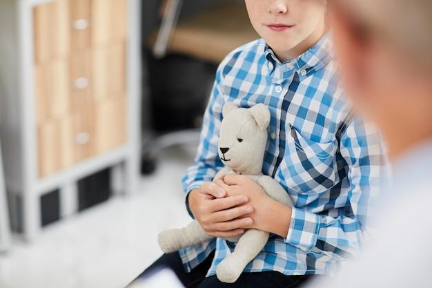 Chłopiec Trzyma Zabawkę W Biurze Lekarzy Premium Zdjęcia
