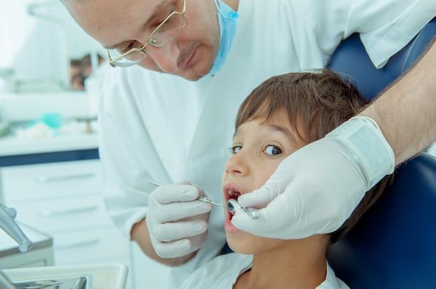 Chłopiec u dentysty z zębami Premium Zdjęcia