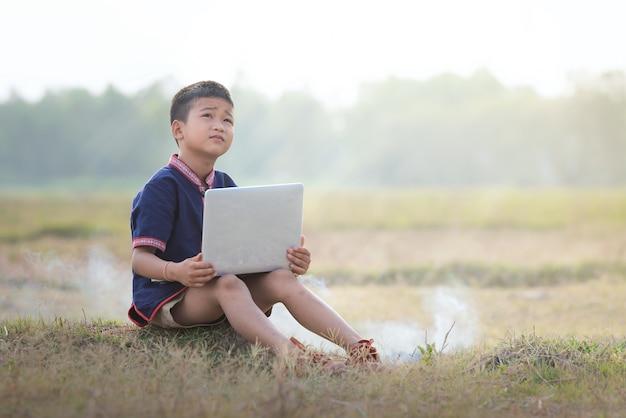 Chłopiec Uczy Się Z Nauczaniem Online Z Laptopami Na Zewnątrz. Premium Zdjęcia