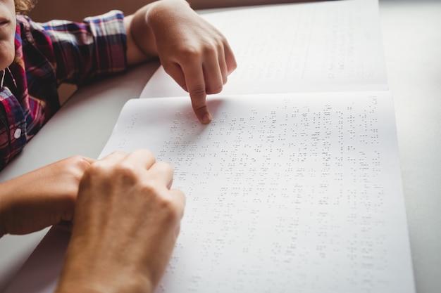 Chłopiec Używa Braille'a Do Czytania Premium Zdjęcia
