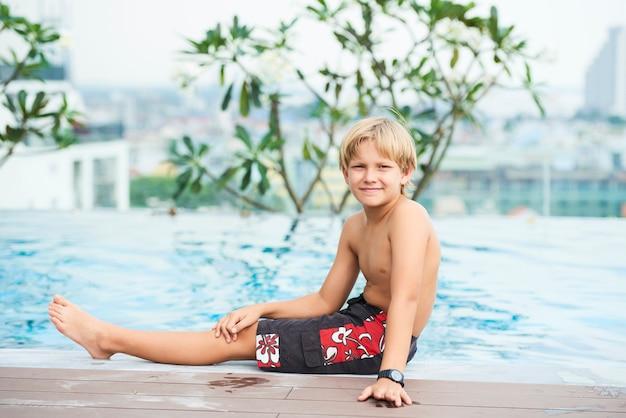 Chłopiec W Hotelowym Basenie Darmowe Zdjęcia