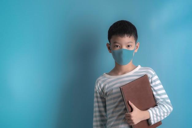 Chłopiec W Maski Medyczne Ochrony Twarzy. Premium Zdjęcia