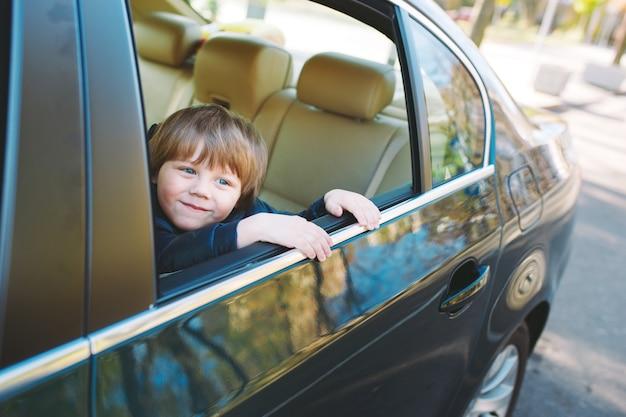 Chłopiec W Samochodzie. Premium Zdjęcia