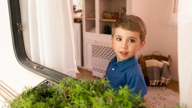 Chłopiec Wyglądający Przez Okno Swojej Przyczepy Kempingowej Darmowe Zdjęcia