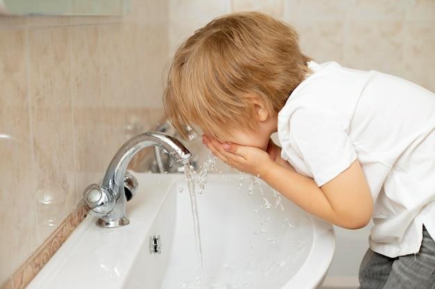Chłopiec Z Boku Do Mycia Twarzy Darmowe Zdjęcia
