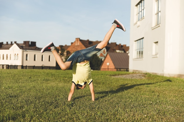 Chłopiec Z Natury Zajmuje Się Akrobacjami. Premium Zdjęcia