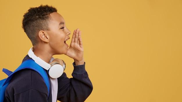 Chłopiec Z Niebieskim Plecakiem Krzyczy Kopia Przestrzeń Darmowe Zdjęcia