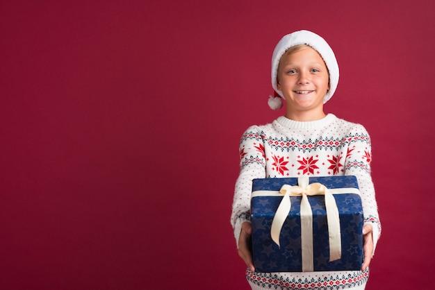 Chłopiec z prezenta środka strzałem Darmowe Zdjęcia